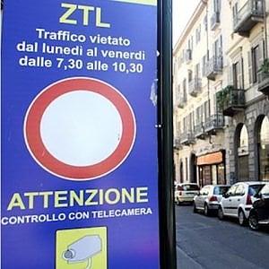 Panneau qui indique la zone à circulation réglementée à Turin